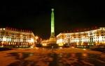 Вид на Площадь Победы в Минске ночью..